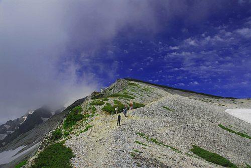 すれ違った登山者と雲に隠れた白馬岳