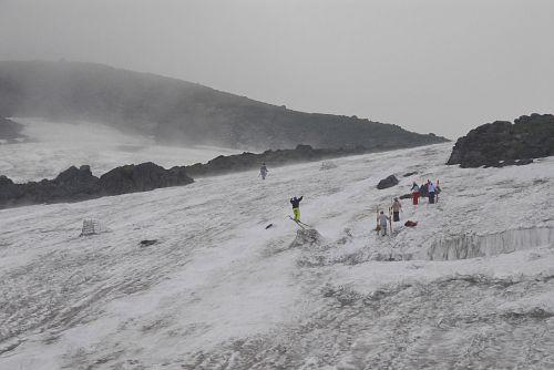大雪渓とスキーヤー