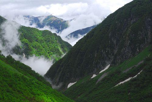 涸沢 涸沢ヒュッテのテラスより眼下の横尾谷と遙に東天井岳