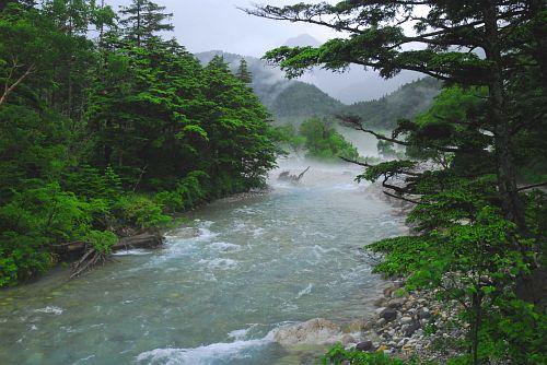横尾近くの梓川